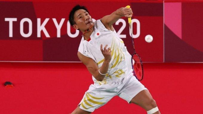 한국 배드민턴 남자단식 허광희(26·삼성생명)가 올림픽에서 세계랭킹 1위 모모타 겐토(일본)를 꺾고 8강에 올랐다. 사진은 일보의 모모타 켄토가 미국의 티모시 램과의 경기를 치르고 있는 모습. 2021.07.25.  /사진=로이터/뉴스1