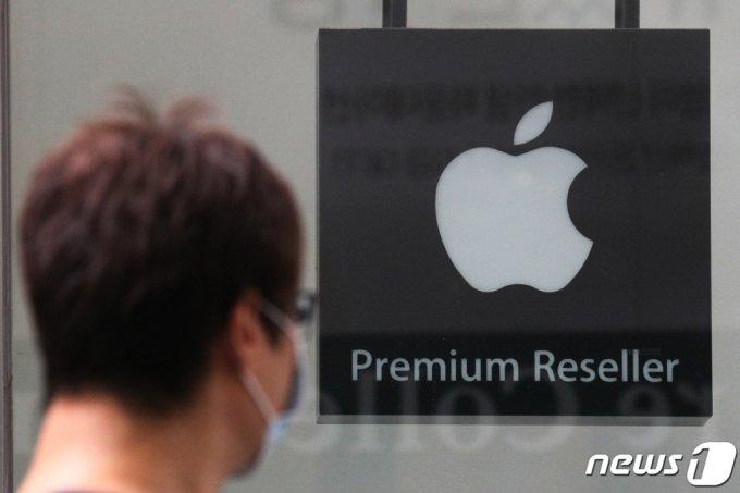 애플의 2분기 매출이 전년 동기 대비 36% 늘었다. 지난 27일(현지시간) 애플의 실적발표에 따르면 전체 매출은 814억1000만달러(약 94조원)로 월가 추정치 733억달러(약 85조원)를 상회했다. 사진은 28일 오후 서울의 한 애플 판매점 . 2021.7.28./사진=뉴스1