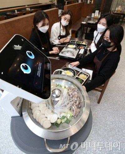 판교자율주행 모빌리티쇼에서 참석자들이 자율주행 서빙 로봇의 음식 배송 시연을 체험하고 있다.기사내용과 무관./사진=이기범 기자 /사진=성남(경기)=이기범 기자 leekb@