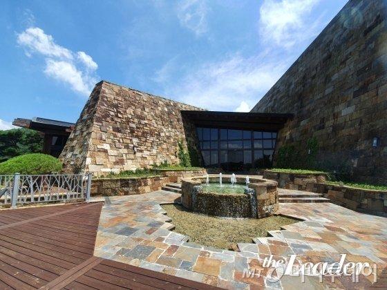 ▲ 300억을 들여 만들었다는 클럽하우스. 자연과 조화로운 디자인이 돋보인다./사진=임윤희 기자