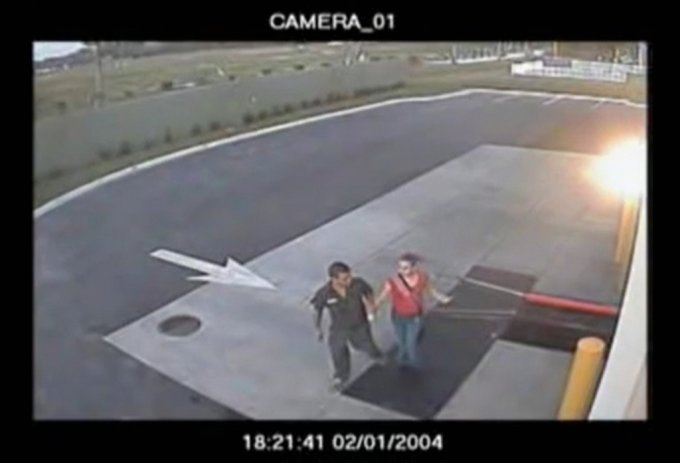 2004년 2월 1일 스미스가 피해자 칼리의 팔을 잡아끌고 있다. /사진='dweebert58' 유튜브 영상 캡처