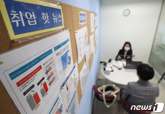 지난 4월 22일 경기도 성남시 수정구 가천대학교 글로벌캠퍼스 대학일자리플러스센터에서 학생들이 취업 및 면접 준비 상담을 받고 있다. 본 사진은 기사와 무관합니다. /사진=뉴스1