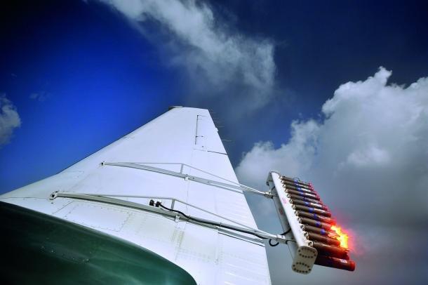 항공기에서 인공 비를 만드는 화학물질을 대기에 살포되고 있다./사진=세계기상기구(MWO)