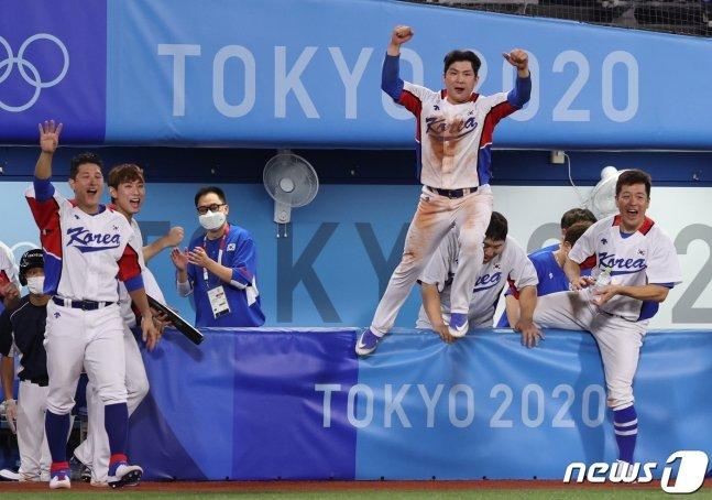 끝내기 순간 더그아웃에서 기뻐하는 한국 선수들. /사진=뉴스1
