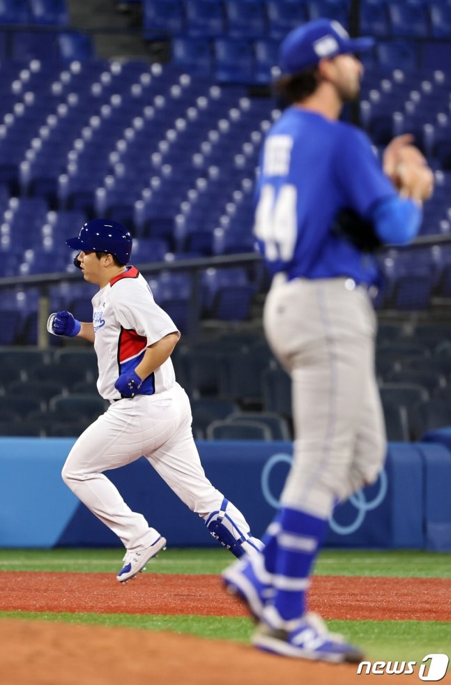 김현수(왼쪽)가 29일 이스라엘전 7회말 동점 홈런을 때린 뒤 베이스를 돌고 있다./사진=뉴스1
