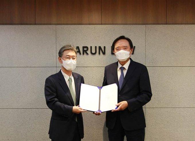 이채원 라이프자산운용 이사회의장(왼쪽)과 김현웅 바른 대표변호사가 ESG향상펀드 운용 협약서에 서명한 후 기념사진을 촬영하고 있다.