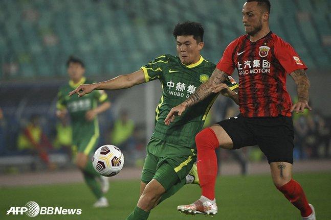 베이징 궈안 김민재(왼쪽). /AFPBBNews=뉴스1