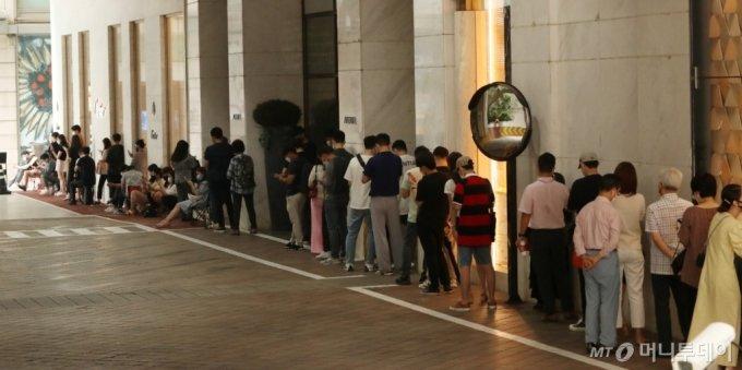 지난 6월30일 오전 서울 중구 롯데백화점 본점에서 사람들이 롤렉스 매장에 들어가기 위해 개점 전부터 줄섰다/사진=김휘선 기자