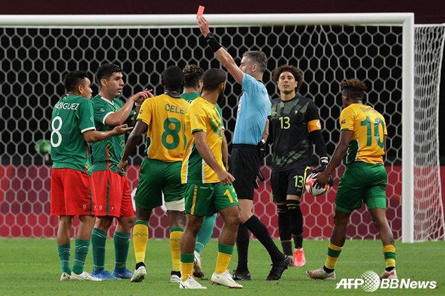 28일 남아프리카공화국과의 2020 도쿄올림픽 남자축구 조별리그 A조 최종전에서 레드카드를 받고 있는 멕시코의 카를로스 로드리게스(맨 왼쪽). /AFPBBNews=뉴스1