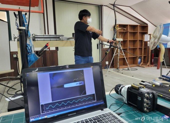 양궁용 활 제작기업 '윈엔윈'의 개발실에서 완성된 제품의 내구도 테스트가 진행되고 있다. / 사진 = 오진영 기자