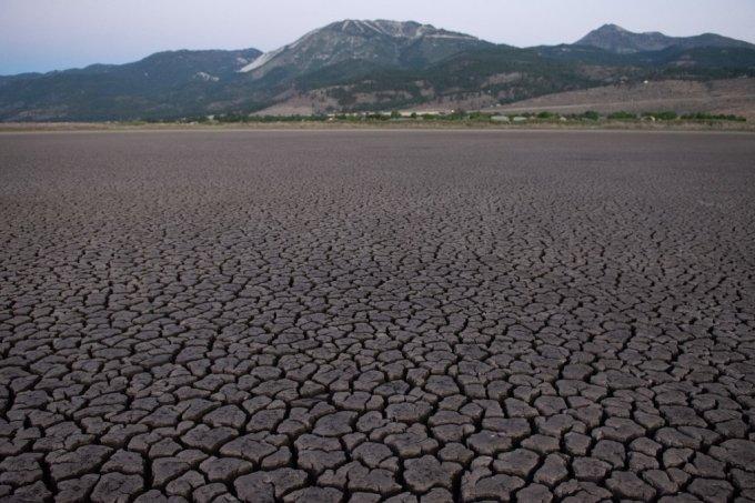 가뭄으로 메마른 한 호수의 모습 /사진=AFP