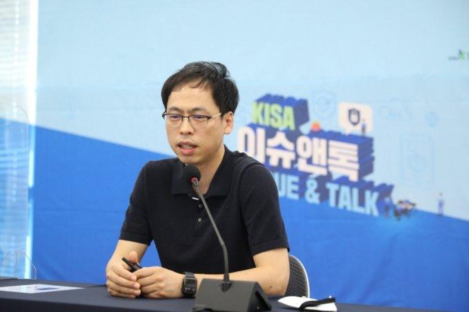 이재광 한국인터넷진흥원(KISA) 종합분석팀 팀장이 30일 오전 열린 KISA 이슈앤톡 행사에서 랜섬웨어 대응방안을 설명하는 모습. /사진제공=KISA