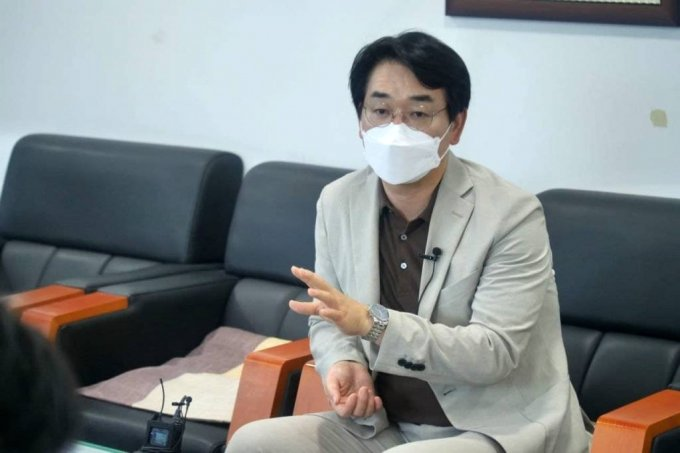 [서울=뉴시스] 전신 기자 = 더불어민주당 대권주자인 박용진 의원이 22일 전남도의회에서 기자간담회를 하고 있다. (사진=박용진 캠프 제공) 2021.07.22. photo@newsis.com *재판매 및 DB 금지