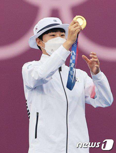 양궁 안산이 30일 일본 도쿄 유메노시마 공원 양궁장에서 열린 '2020 도쿄올림픽' 여자 개인전 시상식에서 금메달을 목에 걸고 있다. 2021.7.30/뉴스1