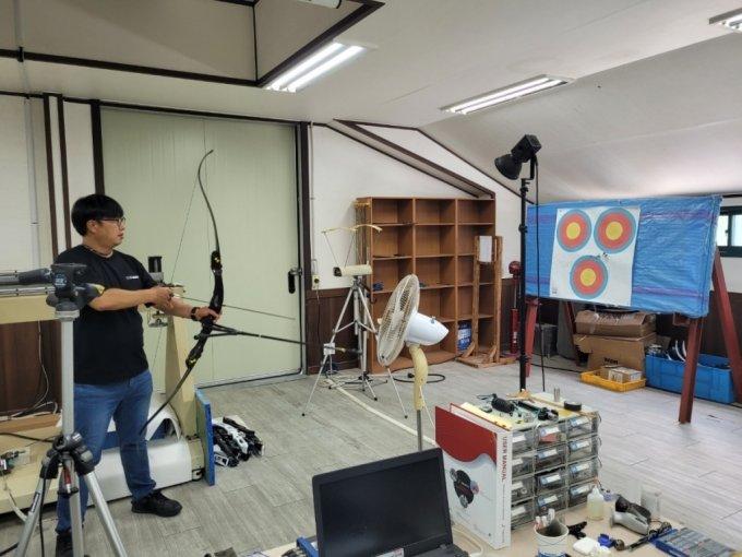 30일 양궁용 활 제작기업 '윈엔윈'의 개발실에서 완성된 제품의 내구도 테스트가 진행되고 있다. / 사진 = 오진영 기자