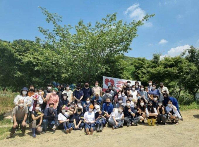 시민 봉사자들, 계양산 시민보호소 1주년을 기념해 찍은 사진./사진=롯데목장 개살리기 시민모임(인스타그램 @lotte250dogs)