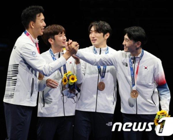 펜싱 대표팀 권영준(왼쪽부터) 마세건, 박상영, 송재호가 30일 오후 일본 도쿄 미쿠하리 메세 B홀에서 열린 '2020 도쿄올림픽' 남자 단체 에페 시상식에서 동메달을 목에 걸고 기뻐하고 있다. 2021.7.30/뉴스1