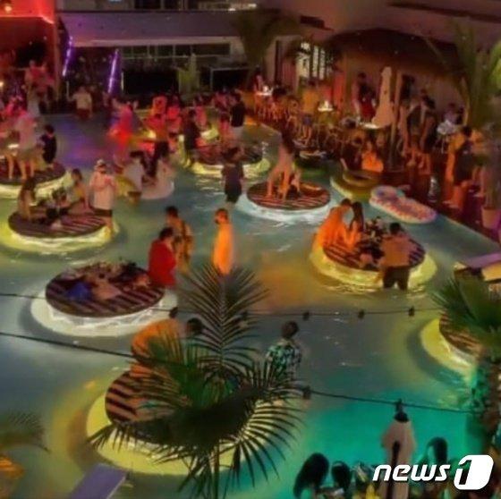 온라인 커뮤니티에 올라온 양양지역 서핑카페 풀 파티 모습. /사진=뉴스1(온라인 커뮤니티 캡처)