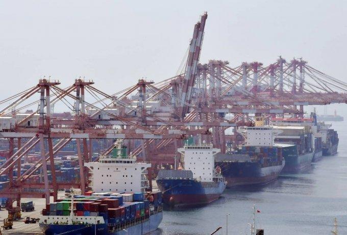 [부산=뉴시스] 하경민 기자 = 산업통상자원부는 지난 7월 수출이 전년 동월 대비 29.6% 증가한 554억4000만 달러를 기록, 무역통계가 집계되기 시작한 1956년 이후 65년 만에 역대 월 수출액 1위를 기록했다고 1일 밝혔다. 사진은 이날 오전 부산 남구 신선대부두의 모습. 2021.08.01. yulnetphoto@newsis.com