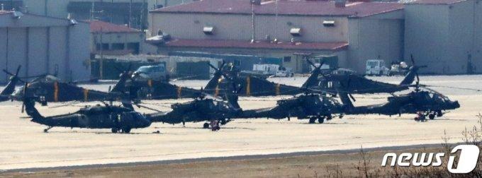 (평택=뉴스1) 조태형 기자 = 올해 전반기 한미 연합 지휘소연습(CCPT)이 시작된 8일 오후 경기도 평택 캠프 험프리스에 미군 헬기들이 계류돼 있다.  이번 훈련은 컴퓨터 시뮬레이션 방식의 도상훈련(CPX)으로만 진행되며, 한미 양국 군이 참여하는 대규모 야외 실기동훈련(FTX)은 포함되지 않는다. 2021.3.8/뉴스1