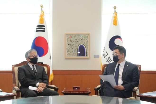 최종건 외교부 제1차관(오른쪽)이 7월17일 오전 아이보시 코이치 주한일본대사를 외교부로 초치하고 있다. /사진제공=외교부