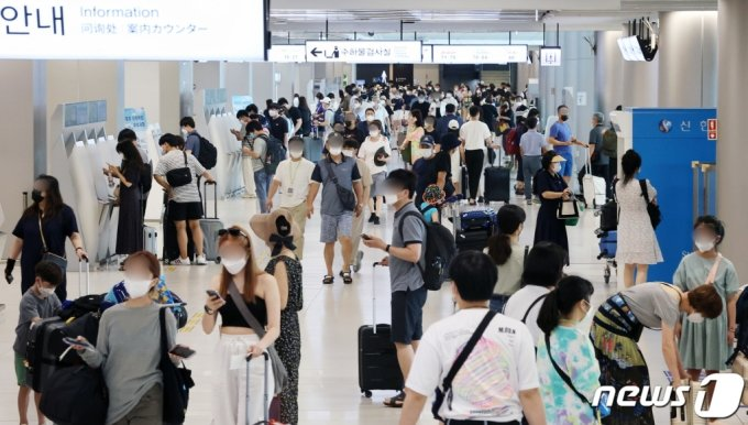 휴가철을 맞은 1일 오후 서울 강서구 김포공항 국내선에서 여행객들이 탑승 수속을 밟고 있다. 본 사진은 기사와는 무관합니다. /사진=뉴스1