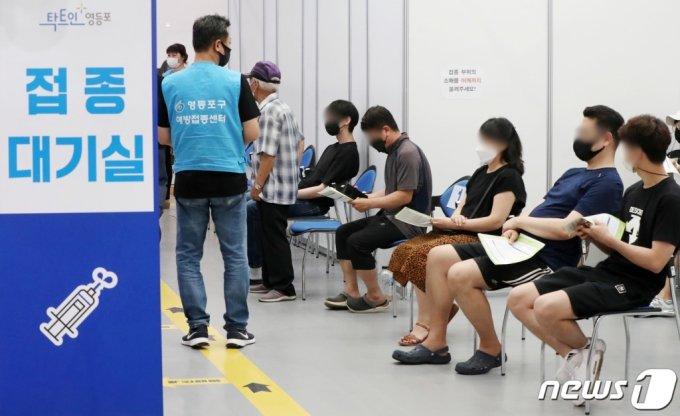 (서울=뉴스1) 민경석 기자 = 우리나라 만 18~49세 성인 1777만명은 오는 8월 9일부터 18일까지 10부제 방식으로 신종 코로나바이러스 감염증(코로나19) 백신 사전예약을 진행한다.   이들 18~49세는 오는 8월 26일부터 9월 30일까지 화이자 또는 모더나 백신을 자신이 희망하는 곳에서 접종할 수 있다.   30일 서울 영등포구 구민회관에 마련된 코로나19 백신 예방접종센터에서 시민들이 접종 순서를 기다리고 있다. 2021.7.30/뉴스1