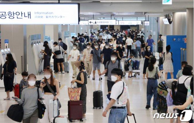 휴가철을 맞은 지난 1일 오후 서울 강서구 김포공항 국내선에서 여행객들이 탑승 수속을 밟고 있다. 본 기사와 사진은 무관합니다. /사진=뉴스1