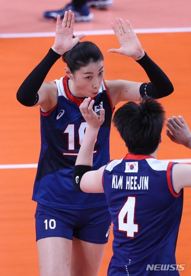 김연경(왼쪽)과 김희진./사진=뉴시스