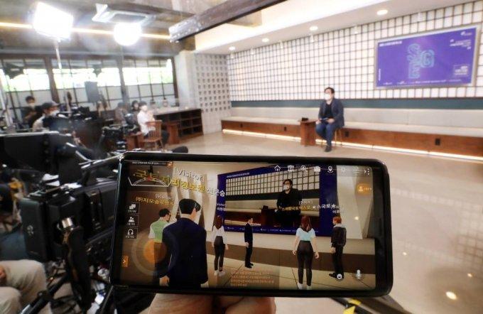 '2021 스마트국토엑스포'가 온라인 전시행사로 열린 21일 오후 서울 강남구 한 스튜디오에서 '공간정보 무비 토크쇼'가 메타버스 온라인 전시관에 실시간 스트리밍 방식으로 송출되고 있다. /사진=뉴시스.