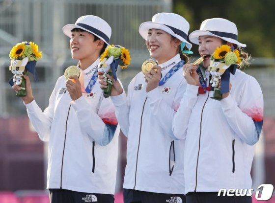 여자 양궁대표팀 안산(왼쪽부터)과 장민희, 강채영이 도쿄올림픽 여자단체전 시상식에서 금메달을 목에 걸고 활짝 미소 짓고 있다. /사진=뉴스1