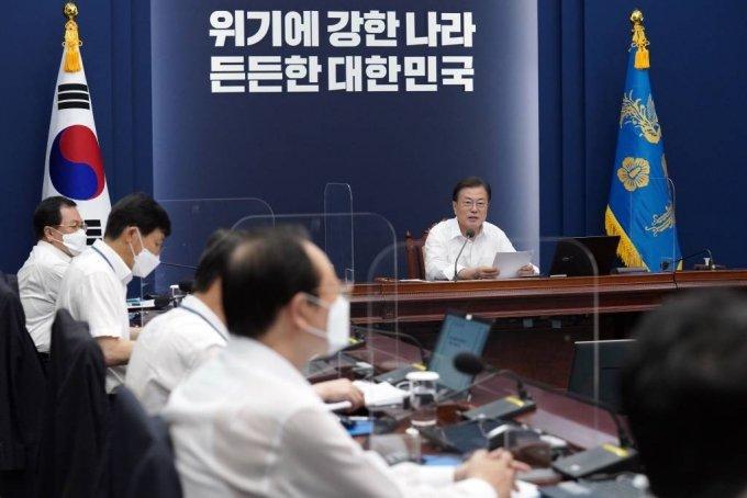 [서울=뉴시스] 문재인 대통령이 2일 청와대에서 열린 수석·보좌관회의에서 발언하고 있다. (사진=청와대 제공) 2021.08.02. photo@newsis.com *재판매 및 DB 금지