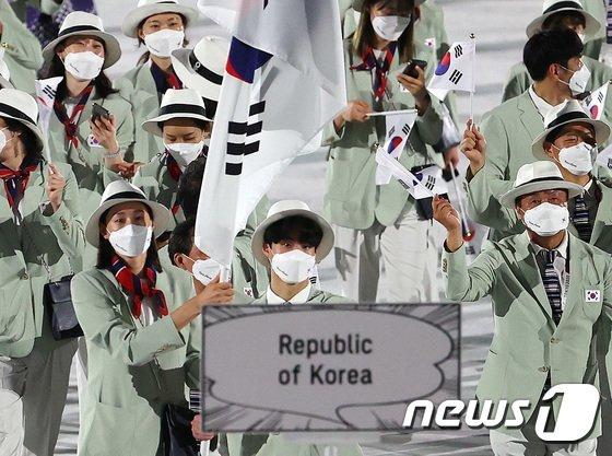 23일 오후 일본 도쿄 국립경기장에서 열린 2020 도쿄올림픽 개막식에서 대한민국 선수들이 캠브리지멤버스의 공식 정장단복을 입고 입장하고 있다. 2021.7.23/뉴스1 (C) News1 이재명 기자