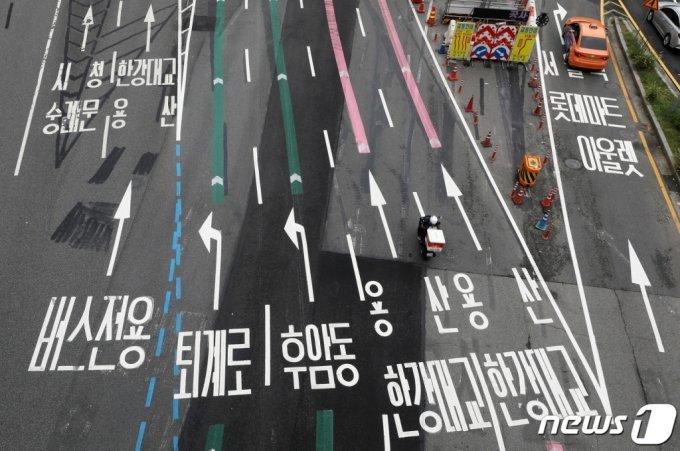 (서울=뉴스1) 이동해 기자 = 신종 코로나바이러스 감염증(코로나19)으로 인한 거리두기 4단계와 본격적인 하계휴가에 들어간 2일 서울 도심이 한산한 모습을 보이고 있다. 2021.8.2/뉴스1