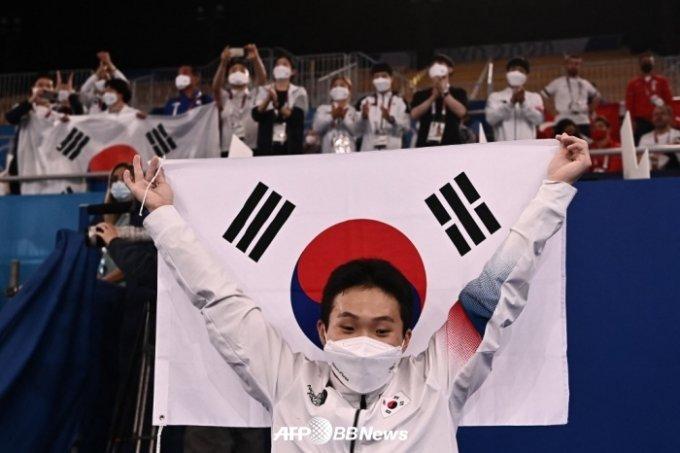금메달 확정 후 태극기를 들고 기뻐하는 신재환. /AFPBBNews=뉴스1