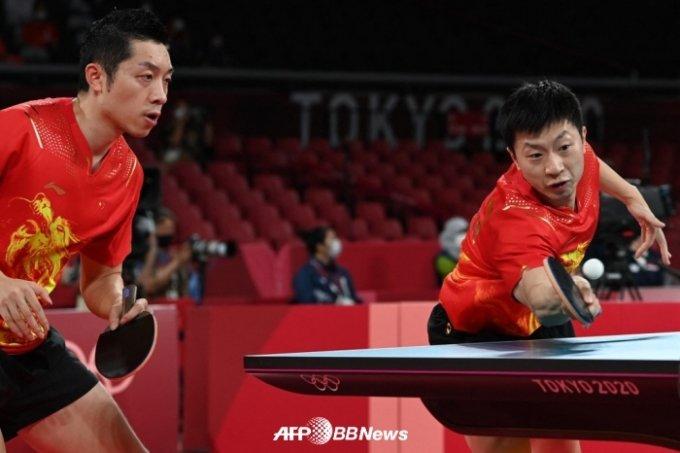 중국 탁구 대표팀의 2일 경기 모습. 마롱(오른쪽)과 쉬신이 경기에 임하고 있다. /AFPBBNews=뉴스1