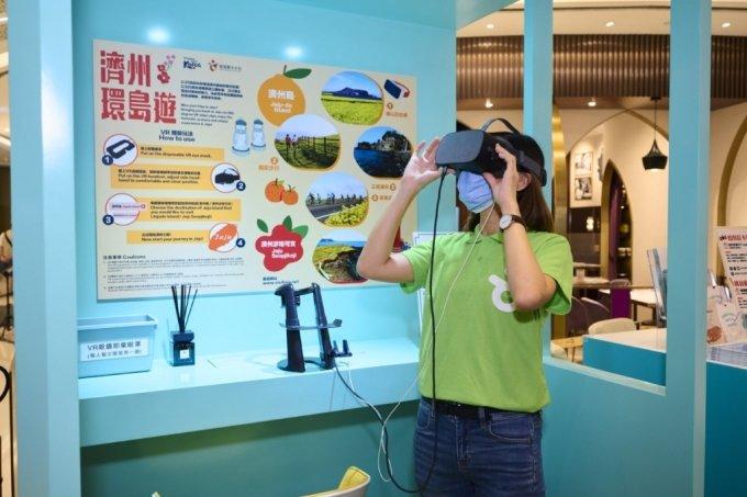 VR 기기로 제주 관광지를 체험하는 모습. /사진=한국관광공사