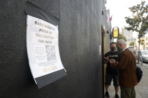 지난달 29일(현지시간) 미국 캘리포니아주 샌프란시스코에 있는 클럽 '오아시스' 앞에 백신 접종자만 출입이 가능하다는 안내문이 붙어 있다./사진=AFP