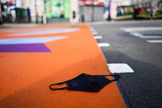 영국의 코로나19 규제가 완전히 해제된 7월 19일(현지시간) 런던의 피카딜리 광장에 마스크가 버려져 있다. /AP=뉴시스