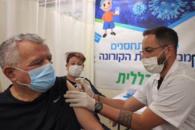 1일(현지시간) 이스라엘 예루살렘의 한 병원에서 코로나19 백신 부스터샷(추가 접종)이 시행되고 있다./사진=AFP