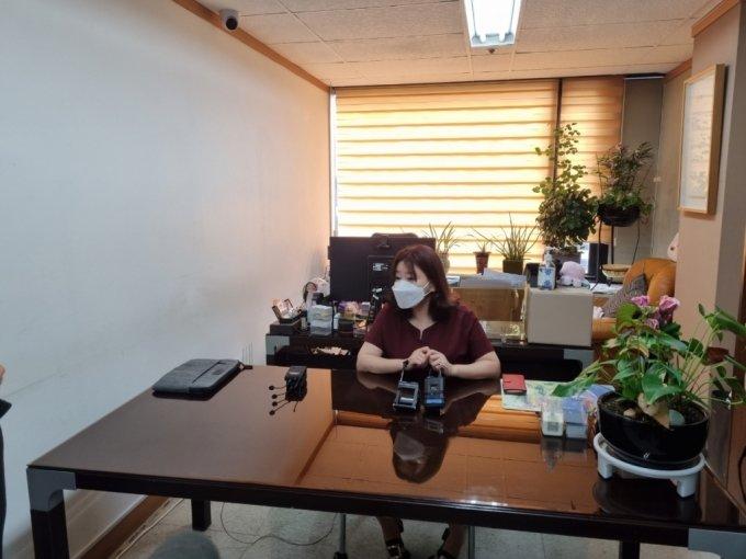 지난 3일 서울 서초구 이은의 변호사 사무실에서 이은의 변호사가 기자들의 질문에 답하고 있다 /사진=김지현 기자
