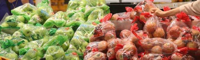 [서울=뉴시스] 조수정 기자 = 7월 소비자물가가 전년 동월 대비 2.6% 오른것으로 집계됐다. 코로나19와 폭염, 고병원성 조류인플루엔자(AI)의 이유로 농수축산물 중 달걀, 마늘, 사과, 배, 참외, 돼지고기 등 가격이 많이 올랐다. 3일 서울 시내 한 대형마트에서 소비자들이 사과를 고르고 있다. 2021.08.03. chocrystal@newsis.com