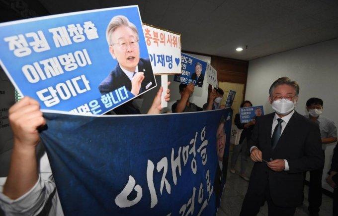 더불어민주당 대선 경선 예비후보인 이재명 경기도지사가 2일 민주당 충북도당을 방문한 가운데 지지자들의 환영에 미소를 짓고 있다. / 사진제공=뉴시스