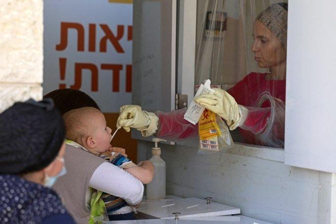 1일(현지시간) 이스라엘 예루살렘에서 한 어린이가 코로나19 검사를 받고 있다./사진=AFP