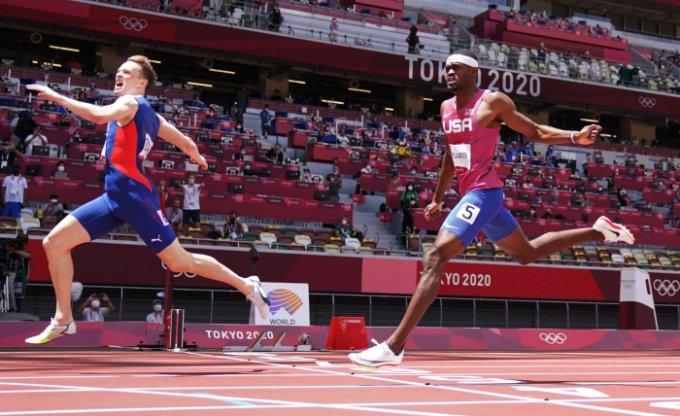 지난 3일 2020 도쿄올림픽 육상 남자 400m 허들 결선에서 카르스텐 바르홀름(25·노르웨이)이 45초94의 세계 신기록으로 금메달을 차지했다. 라이 벤저민(24·미국)은 46초17의 기록으로 간발의 차로 은메달을 목에 걸었다. /사진제공=로이터/뉴스1