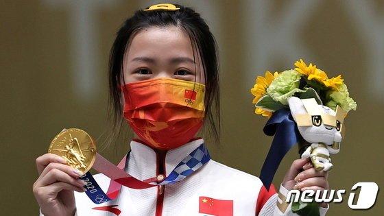 사격 여자 10m 공기소총 종목에서 금메달을 차지한 양첸. /사진=로이터/뉴스1
