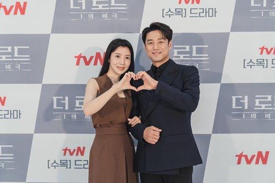 윤세아(왼쪽) 지진희, 사진제공=tvN