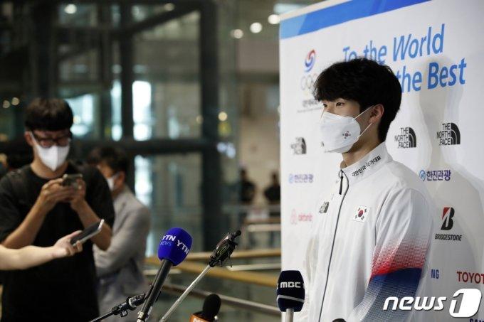 2020 도쿄올림픽 수영 국가대표 황선우가 지난 1일 오후 인천국제공항을 통해 귀국해 인터뷰하고 있다 /사진=뉴스1