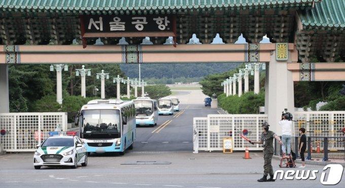 (성남=뉴스1) 임세영 기자 = 해외파병 임무 수행 중 신종 코로나바이러스 감염증(코로나19) 확진자가 발생한 청해부대 장병들을 태운 구급차량이 20일 오후 경기 성남 서울공항을 빠져나오고 있다. 2021.7.20/뉴스1