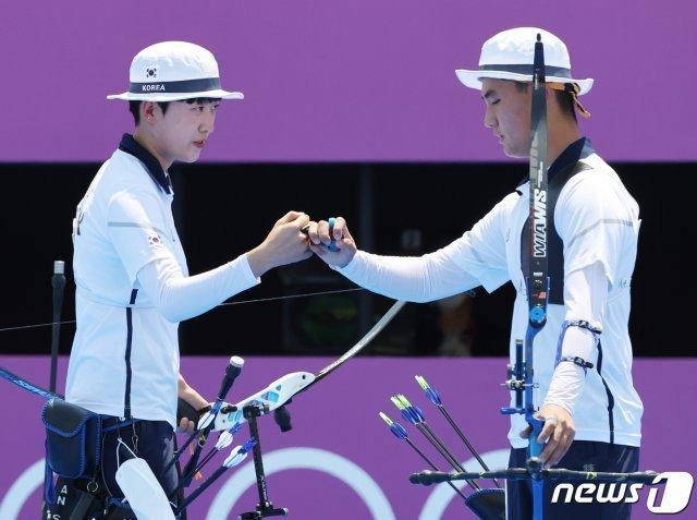 2020 도쿄 올림픽 양궁 혼성전에서 금메달을 딴 안산 선수와 김제덕 선수 /사진=뉴스1